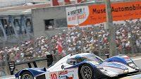 Vůz Lola-Aston Martin stáje Charouz Racing System při závodu 24 hodin Le Mans.