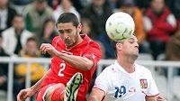 Lukáš Magera (vpravo) bojuje o míč s Jonathanem Caruanou z Malty.