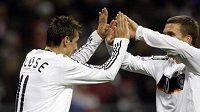 Němečtí fotbalisté Miroslav Klose a Lukas Podolski oslavují gól v utkání kvalifikace MS 2010 v Moskvě.