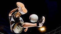 Fotbalový kouzelník předvádí jeden ze svých triků.
