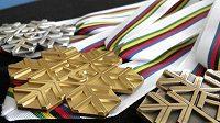 Medaile, které budou předávány mistrům světa v běhu na lyžích, skoku a severské kombinaci