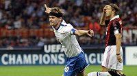 Fotbalista Curychu Hannu Tihinen oslavuje gól na AC Milán.