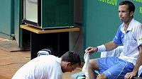 Ošetřovaný Radek Štěpánek při utkání s Uruguaycem Cuevasem na turnaji Czech Open v Prostějově.