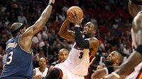 Střelu basketbalisty Miami Dwayna Wadeho blokuje Brendan Haywood z Washingtonu.