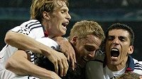 Santa Cruz oslavuje se spoluhráči z Bayernu branku do sítě AC Milán ve čtvrtfinále Ligy mistrů.