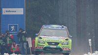 Fin Jari-Matti Latvala s vozem Ford Focus WRC na trati Švédské rallye.