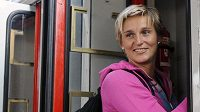 Oštěpařka Barbora Špotáková nastupuje do vlaku na nádraží v pražských Holešovicích.