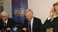 Zleva: šéf F1 Bernie Ecclestone, prezident FIA Max Mosley a prezident Ferrari Luca di Montezemolo na zasedání