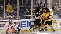 Hokejisté Bostonu oslavují gól Marco Sturma v prodloužení utkání proti Philadelphii.