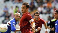 Kapitán AS Řím Francesco Totti (vlevo) bojuje proti hráčům Sampdorie v 32. kole italské fotbalové ligy.