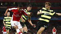 Fotbalista Arsenalu Denilson střílí na bránu Celtiku, v čemž se mu snaží zabránit obránci skotského celku.