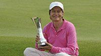 Britská golfista Catriona Matthewová s trofejí pro vítězku British Open