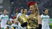 Hosteska přináší Německý pohár před finále v Berlíně.