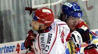 Třinecký Ladislav Kohn (v bílém) v souboji s hokejistou Pardubic Nakládalem