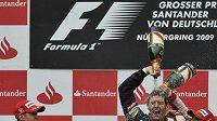 Vítěz Velké ceny Německa Mark Webber (uprostřed) oslavuje s týmovým kolegou ze stáje Red Bull Sebastianem Vettelem (vlevo) a třetím Felipem Massou s vozem ferrari.