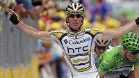 Britský cyklista Mark Cavendish oslavuje vítězství v 10. etapě Tour de France.