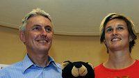 S manažerem Liborem Varhaníkem předstoupila v Praze před novináře oštěpařka Barbora Špotáková. Fotografům zapózovali s maskotem blížícího se berlínského MS v atletice.