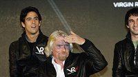 Richard Branson, majitel stáje Virgin Racing, s piloty Timo Glockem (vlevo) a Lucasem Di Grassim (vpravo)