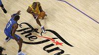 Hvězda Los Angeles Kobe Bryant se chystá přejít přes Dwighta Howarda z Orlanda ve finále NBA