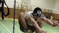 Roman Koudelka překonává skokem snožmo laťku ve výšce 153 cm.