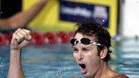 Americký plavec Aaron Peirsol oslavuje světový rekord na 100 metrů znak.