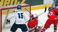 Čeští mladíci při zápase proti domácímu týmu na MS 18 ve Finsku.