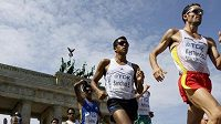 Španělský chodec Francisco Javier Fernandez (vpravo) a Mexičan Eder Sanchez (druhý zprava) během závodu MS na 20 km