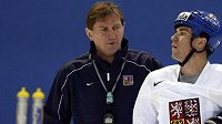 Trenér Alois Hadamczik (vlevo) hovoří s obráncem Markem Židlickým na tréninku v Moskvě.