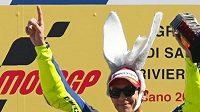 Věčný šprýmař Valentino Rossi. Italský fenomén má na kontě již devět titulů mistra světa, s motocyklovým světem se ale loučit ještě nechce.