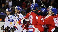 Čeští hokejisté oslavují gól Jakuba Černého v přátelském utkání na Slovensku.