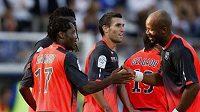 Fotbalisté Lyonu gratulují Makounovi (vlevo) ke vstřelené brance do sítě Auxurre.