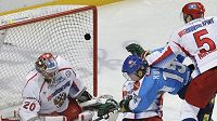 Finského hokejistu Mikko Kuukku atakuje ruský obránce Ilja Nikulin.