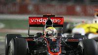 Lewis Hamilton s vozem McLaren v čele Velké ceny Singapuru.