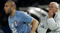 Trenér Itálie Marcello Lippi (vpravo) neměl důvod k radosti, jeho tým na Poháru FIFA nepostoupil ze základní skupiny.