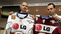 Hokejisté David Výborný (vpravo) a Michal Broš představují nové dresy Sparty.