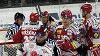 Radost hokejistů Třince z gólu na Spartě