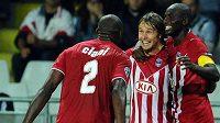 Záložník Girondis Bordeaux Jaroslav Plašil (uprostřed) slaví se svými spoluhráči gól do sítě Juventusu.