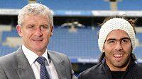 Trenér fotbalistů Manchesteru City Mark Hughes s novou posilou Carlosem Tevézem