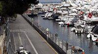 Luxusní jachty kotví v bezprostřední blízkosti trati Velké ceny Monaka.