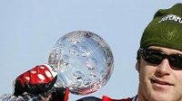 Američan Bode Miller s malým křišťálovým globem za vítězství v disciplíně SP