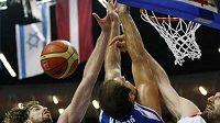 Španělský basketbalista Pau Gasol (vlevo) blokuje se spoluhráčem Jorge Garbajosou Srba Krstiče ve finále mistrovství Evropy.