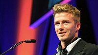 David Beckham přebírá cenu za přínos britskému sportu na slavnostním večeru v Londýně.