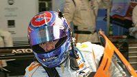 Tomáš Enge yvstupuje z prototypu Aston Martin při tréninku na 24 hodin Le Mans.