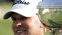 Golfista Steve Strickler s trofejí pro vítěze Colonialu