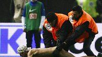 Ochranka Herthy Berlín likviduje výtržníka, který nahý vtrhl na hřiště behěm zápasu proti Kolínu nad Rýnem.
