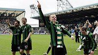 Kapitán Celtiku Neil Lennon (uprostřed) oslavuje se spoluhráči skotský titul.