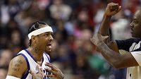 Basketbalista Philadelphie Allen Iverson protestuje proti odpískání faulu během utkání s Denverem.