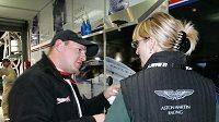 Tomáš Enge v zázemí stáje Aston Martin