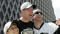 Trenér Pittsburghu Dan Bylsma (uprostřed) se dobře baví s Maximem Talbotem a jeho synem Brianem