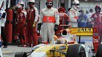 Fernando Alonso se svým vozem bez kola při VC Maďarska